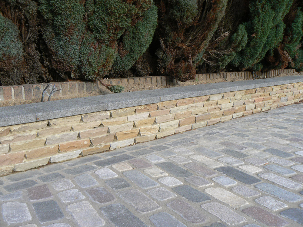 Beige riven sandstone setts with a mix of temple setts. Private driveway designed and built by Regent Driveways.