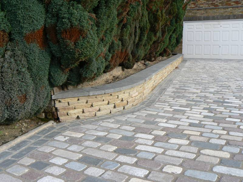 Temple Setts - mix of all seven colours with beige riven sandstone setts making up the wall. Private driveway designed and built by Regent Driveways.