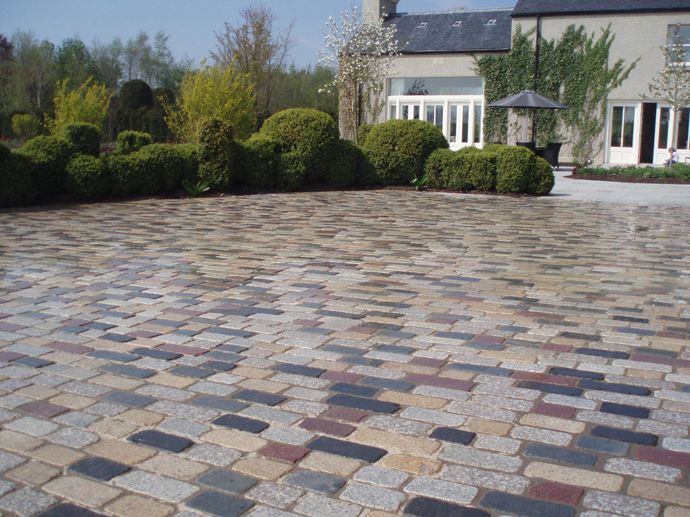Temple sett driveway - mix of all seven colours (pictured here when wet). Private driveway' in Ireland' built by Castle Paving.