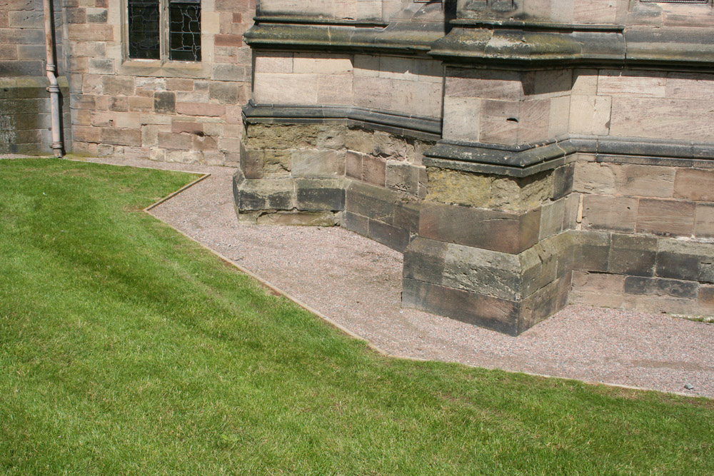 CEDEC Red Footpath Gravel around the edge of Hereford Cathedral. For further images and information on this project please visit our Projects-Public Spaces gallery.
