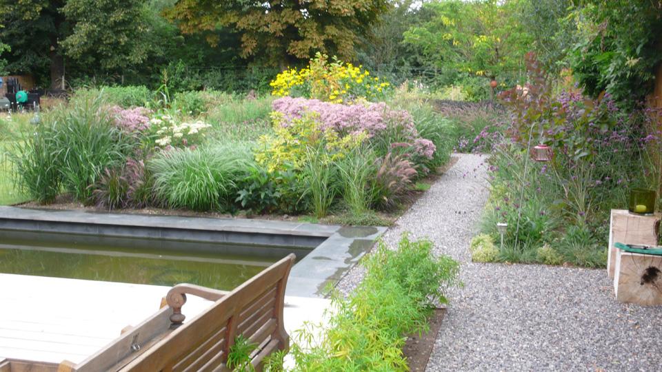 Flint gravel in a private garden by Belderbos Landscapes.