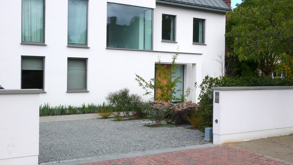 Granite aggregate laid in Cedagravel®. Private driveway by Belderbos Landscapes.