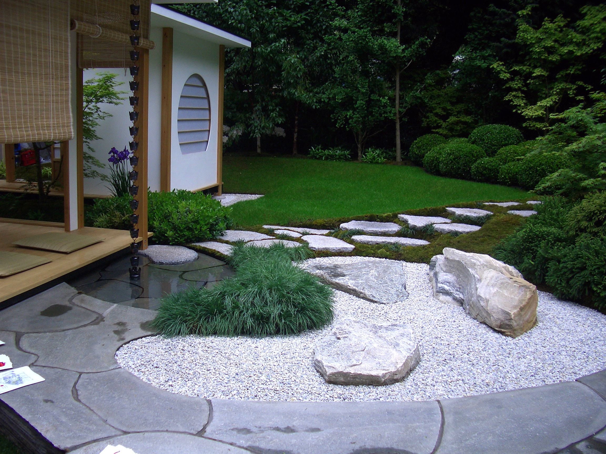 Oppdal Quartzite Paving with Silver Grey Granite Stepping Stones & Meadowgrass Marble Aggregate. Gold medal winner at The Chelsea Flower Show 2004. Designed by Maureen Busby and built by members of the Japanese Garden Society.