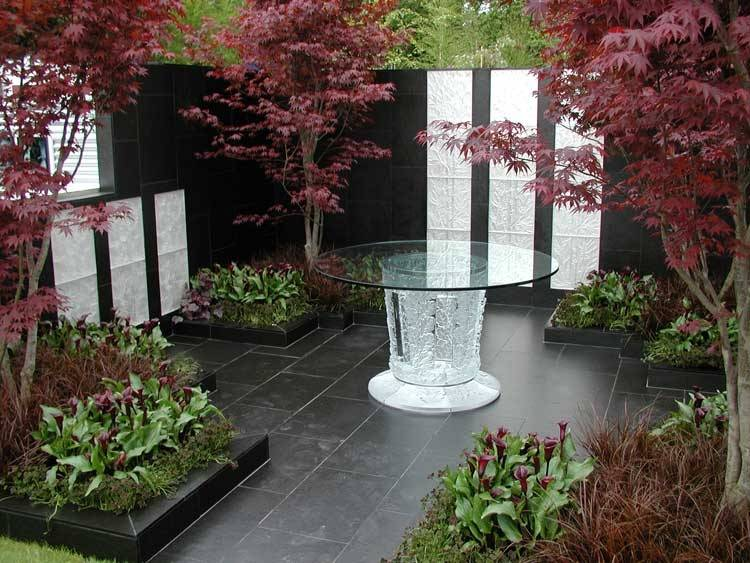 Otta Phyllite Paving at the Chelsea Flower Show 2005. Lalique Garden' Gold medal winner' designed by Ecology Design Limited / Mazandi Design.