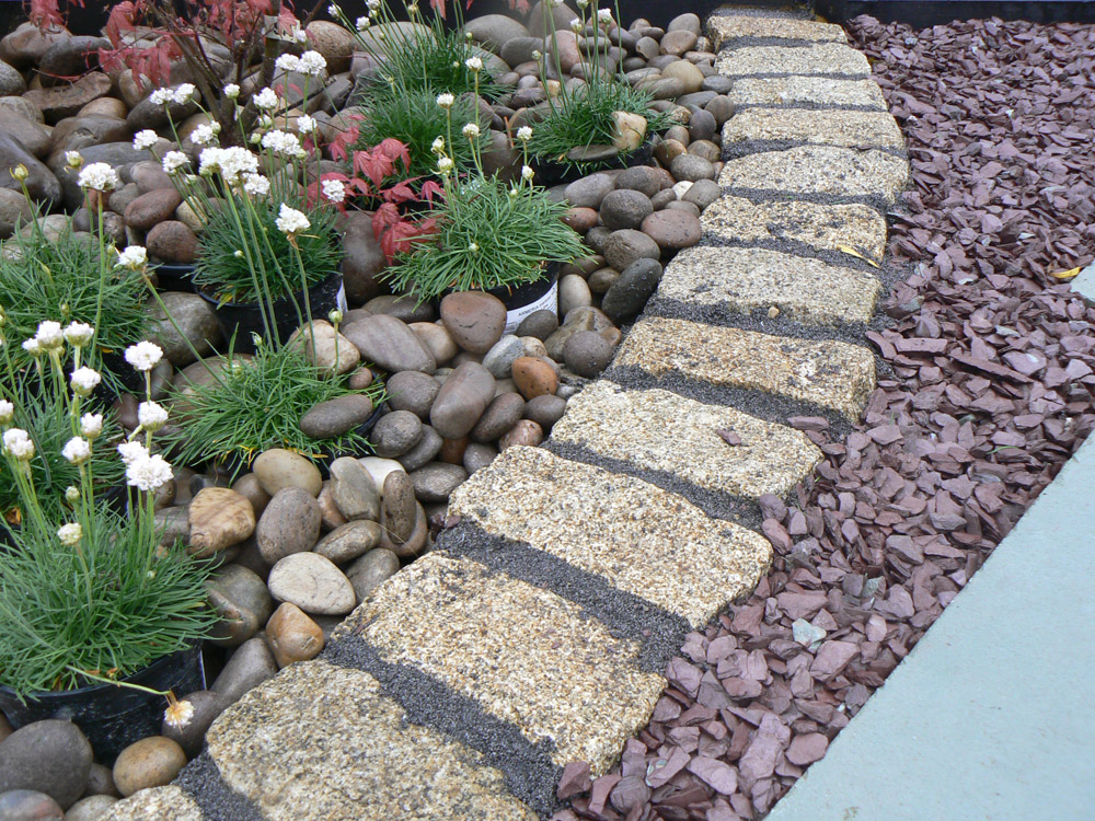 Yellow cropped setts with plum slate and Scottish beach cobbles at the Balmoral Show. For further images and info of this garden please visit our Private Places-Show Gardens Gallery.