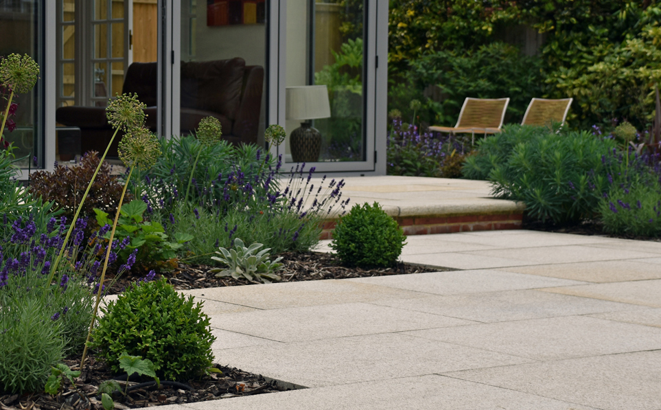 Private garden by Lisa Cox Garden Designs